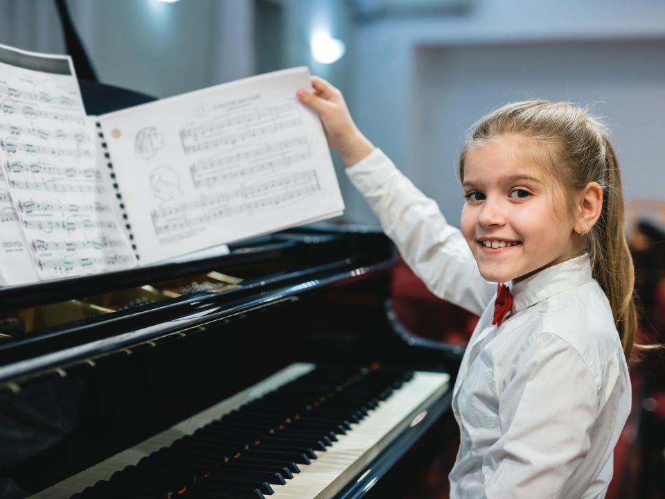 Jeune fille au piano