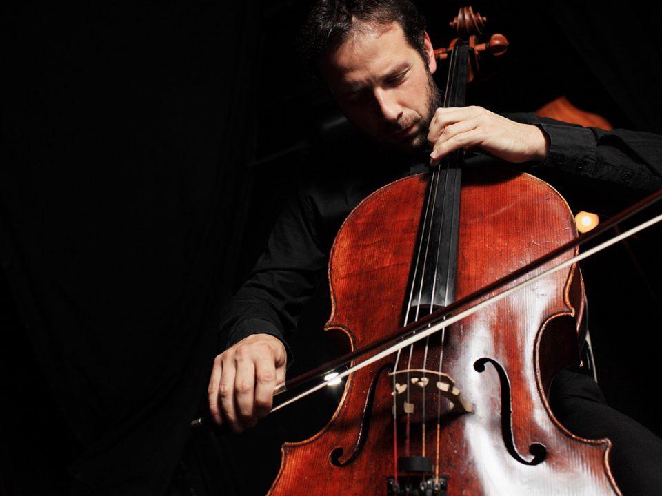 Violoncelliste en jeu